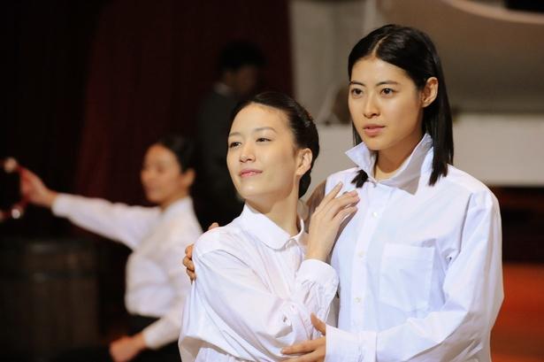 淡島千景を演じる花乃まりあ(左)