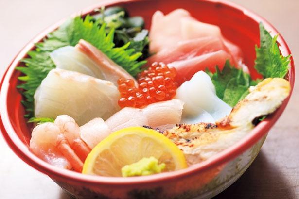 6種の魚介を使った「THE 海鮮丼」(1000円)/海千館