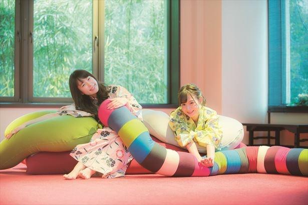 【写真を見る】館内には快適すぎて動けなくなる、魔法のソファYogiboが各所に設置されている(gensen café)