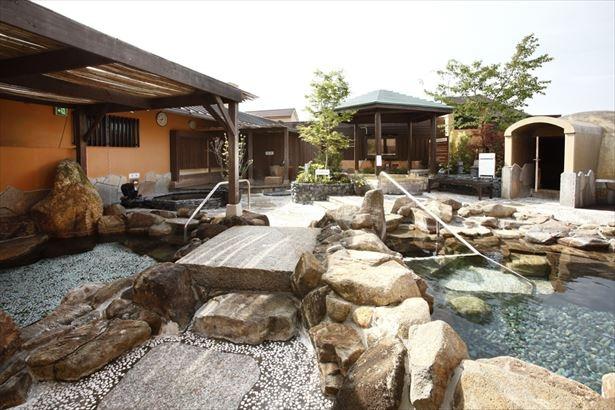 屋上露天風呂や男女共用サウナも完備している「天然温泉 湯花楽 厚木店」