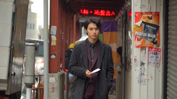 古風な街並みと不釣り合いな旺太郎の姿は、さながらマフィアのよう!?