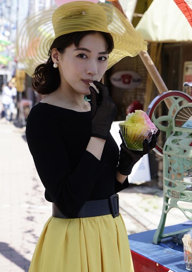 【写真を見る】黄色と黒でまとめたコーデ。シースルーの帽子もかわいらしい!