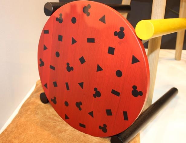 8月発売予定のカリモク家具の丸イスはミッキーマウスのシルエットが描かれている