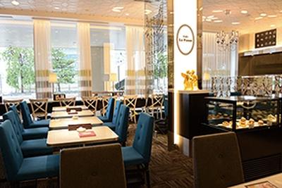 【写真を見る】明るい店内はオープンカフェのよう/カフェ ラ・ポーズ