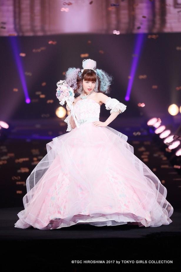 【写真を見る】昨年末のTGC広島にて、ドレス姿でランウェイを歩く春奈