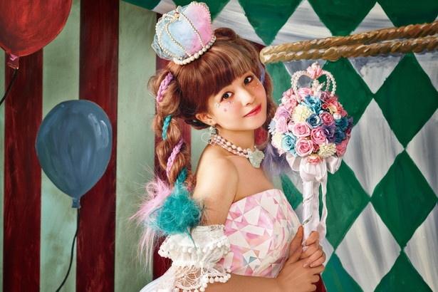 TGC広島で本人が着用した「KIRAKIRA・SugarDoll」(※・はハートマーク)。魔法少女風で、ブーケも持ち手が長く「魔法のステッキ」をイメージ