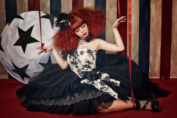 「MARIONETTE CIRCUS」はヒールに皮革にチェーンに黒バラと、ハードでゴシックなスタイル