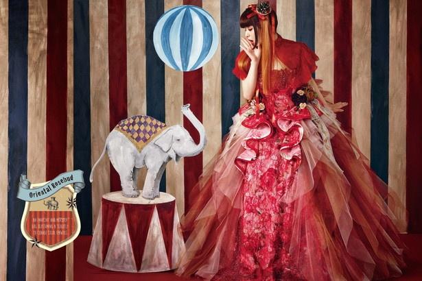 「Oriental Rosebud」はチャイナロリータを意識した赤いドレスで、ウエスト回りには花に紛れてイチゴなど森の植物が