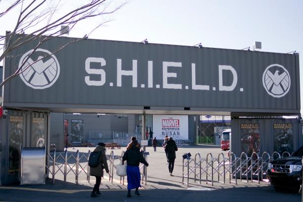 巨大なゲートの向こうはS.H.I.E.L.D.の基地!