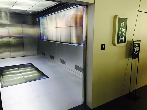 ゲートを通過したら、ちょっぴりスリリングな(?)エレベーターに乗って基地へGO!