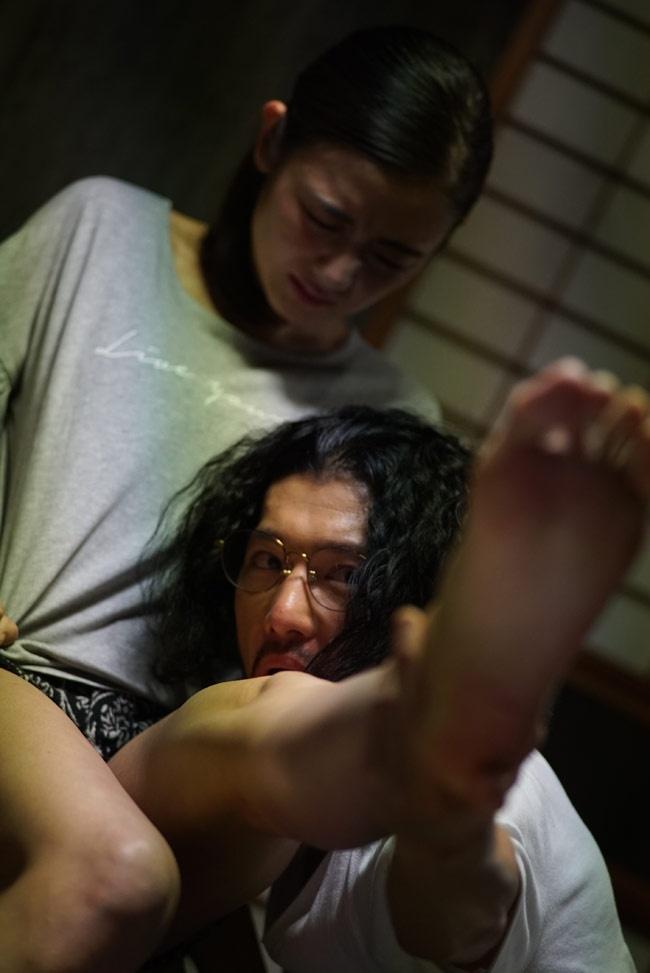 塚越の甥でフィギュア作家の野田(淵上泰史)も富美子の足の虜になっていく