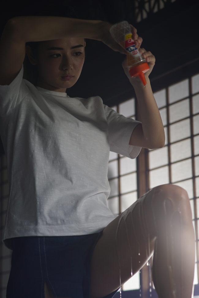 富美子(片山萌美)の足に蜂蜜がたらされていく光景が、なんともエロティック