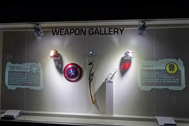 トニーのアーク・リアクターやロキの杖などリアルな展示物に興奮