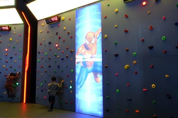 スパイダーマンのように壁に貼り付き、クリアタイムを競うスパイダーマン「クライミングウォール」