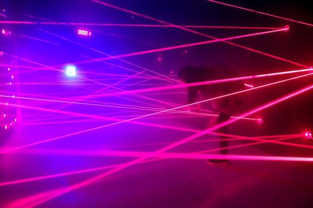 スパイ映画さながらの体験ができる「レーザーメイズ」。難易度は数種類用意されている