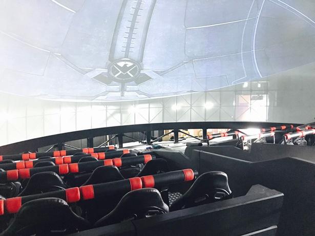 ゾーン6の4Dモーション・ポッド・シアターでは、動く座席に座ってヒーローたちの戦いを目撃