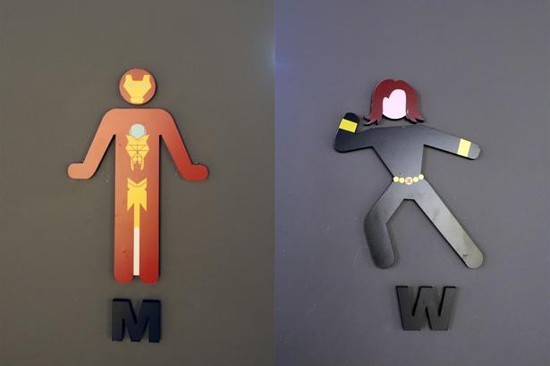 トイレのマークは男性用がアイアンマン(写真左)、女性用がブラック・ウィドウ(写真右)