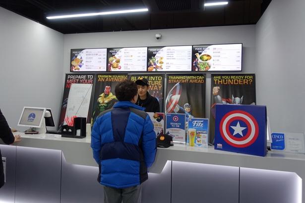 アイアンマンをモチーフにしたハンバーガーなどを販売
