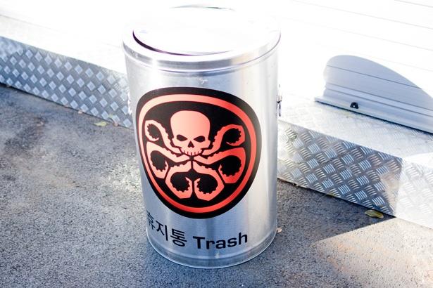 会場内の各所に設置してあるゴミ箱にはヒドラのマークが…