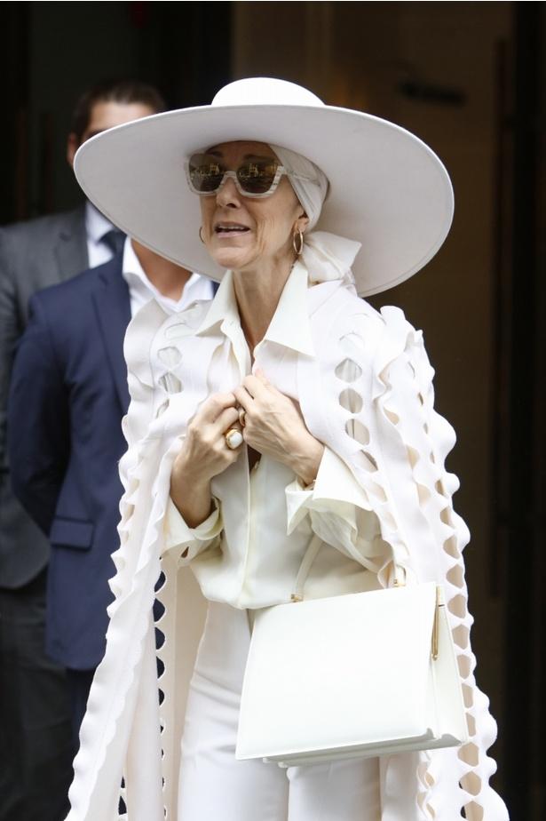 この白一色の装いも話題を集めた