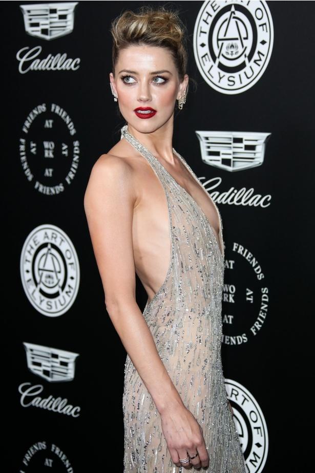 【写真を見る】大胆な衣装が話題となった、アンバー・ハードのドレス!