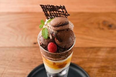 「72 Degrees Juicery + Café by David Myers」の「GINZA SIX限定バレンタインチョコレートパフェ」(税抜1580円) ※GINZA SIX限定