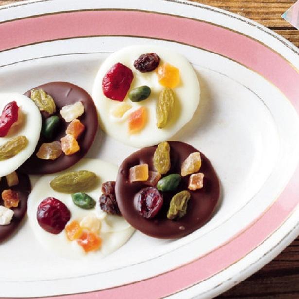 チョコを溶かしてドライフルーツとナッツをトッピング。あとは冷蔵庫で冷やし固めるだけ!