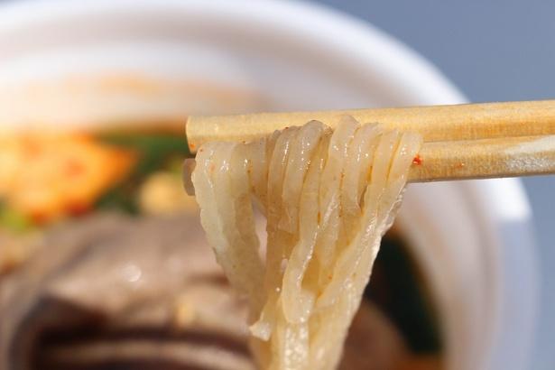 """こちらがそば粉を使った独特の""""こんにゃく麺""""。ツルツルしこしこの食感"""