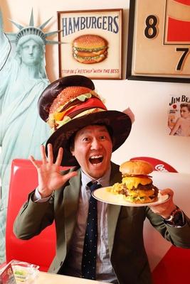 担当編集で西日本ハンバーガー協会の薮もビックリの巨大さ。「パーティーにもぴったり!」