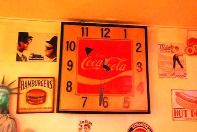 店内にはアメリカ&ハンバーガーグッズが所狭しと飾られる