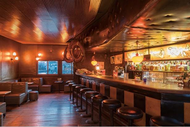【写真を見る】ドラマや映画、PVの撮影にも使用される、横浜らしいバー「Bar StarDust」