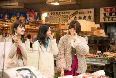市場では、撮影の合間にも店のスタッフから「コレ食べてみて!」とどんどん声を掛けられ…