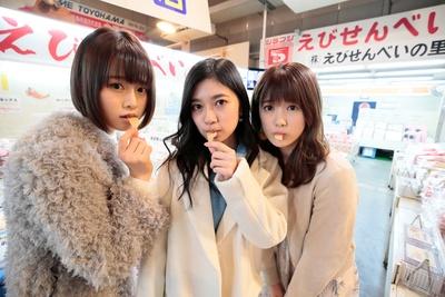 【写真を見る】えびせんべいを試食する姿がとってもキュートな3人
