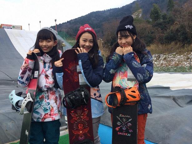 スノーボードでのジャンプに挑戦する野島樺乃、松本慈子、日高優月(写真左から)