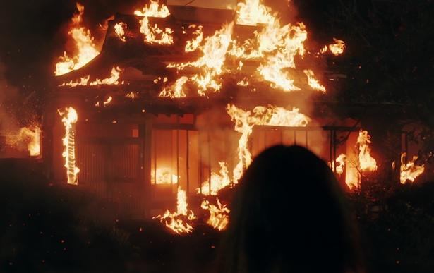 【写真を見る】春花の家が燃えてしまう衝撃的なシーンも忠実に再現