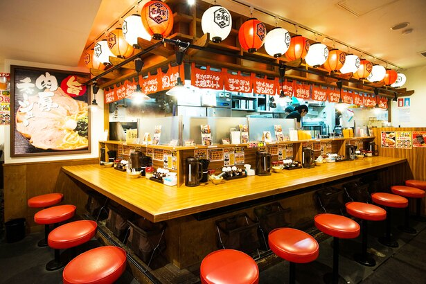 カウンター14席、テーブル8席を有する新宿3丁目店。紙エプロンを常備