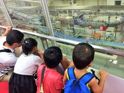 【写真を見る】見学コースでは大迫力の製造ラインが楽しめる/コカ・コーラ ボトラーズジャパン東海工場