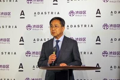 【写真を見る】「アダストリアの資産を活用しながら区の発展に努めたい」と話す福田三千男CEO