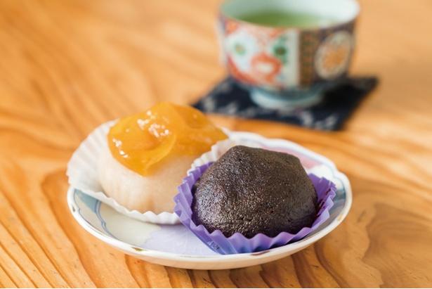 黒ささげ豆、黒砂糖、黒もち米で仕上げる「黒おはぎ」(300円)。「干し柿」(250円)は、その名の通り干し柿を丁寧に裏ごしした一品