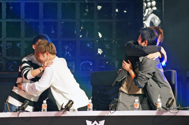 優勝が決まった瞬間、立ち上がって抱き合う【愛】獣神亭一門のメンバーたち