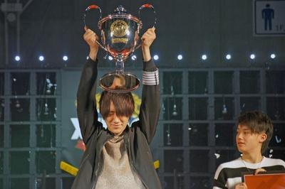 初のモンストプロゲーマ―対決を制し、優勝トロフィーを掲げる「【愛】獣神亭一門」のリーダー・あーぼー氏