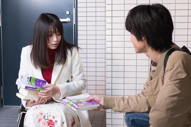 和人(阪本)は、マンションの隣人であり同じく弁護士を目指しているサクラ(益田)と出会う