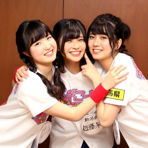 記念撮影でも仲の良さを見せた本田仁美、佐藤栞、清水麻璃亜(写真左から)