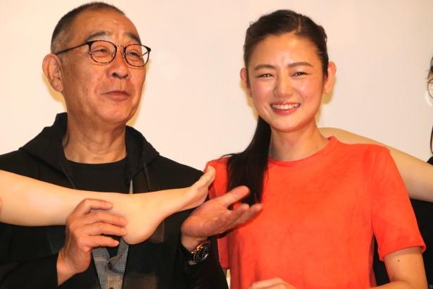 『富美子の足』で共演した片山萌美とでんでん
