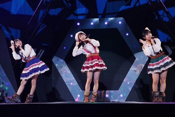 「フィンランド・ミラクル」を歌う末永桜花、高柳明音、北川愛乃(写真左から)