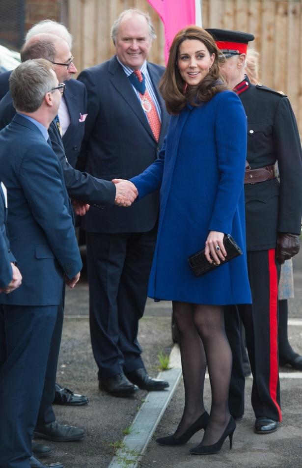 【写真を見る】妊娠後期でも美脚は健在!ロイヤルブルーのコートを上品に着こなすキャサリン妃