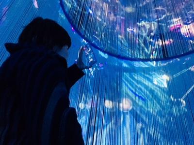 360度プロジェクションマッピング「INOCHI-命の光があふれる海-」。「水の大樹」は内側から見るとより幻想的だ