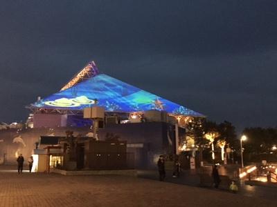 「プラットフォーム」の二つのポッドに乗ると「アクアミュージアム」の大屋根と連動し、生き物が登場