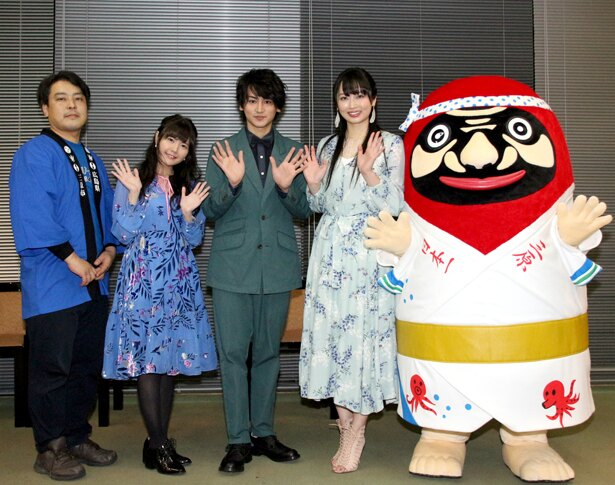 囲み取材に応じた大森研一監督、竹達彩奈、佐藤永典、須藤茉麻、やっさだるマン(写真左から)