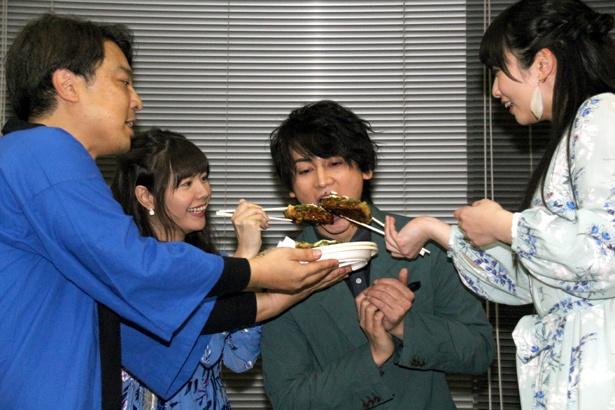 【写真を見る】誕生日祝いで須藤茉麻、竹達彩奈から「あ~ん」と食べさせてもらう佐藤永典